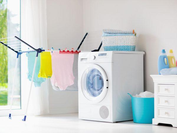 Na foto uma máquina de lavar branca.