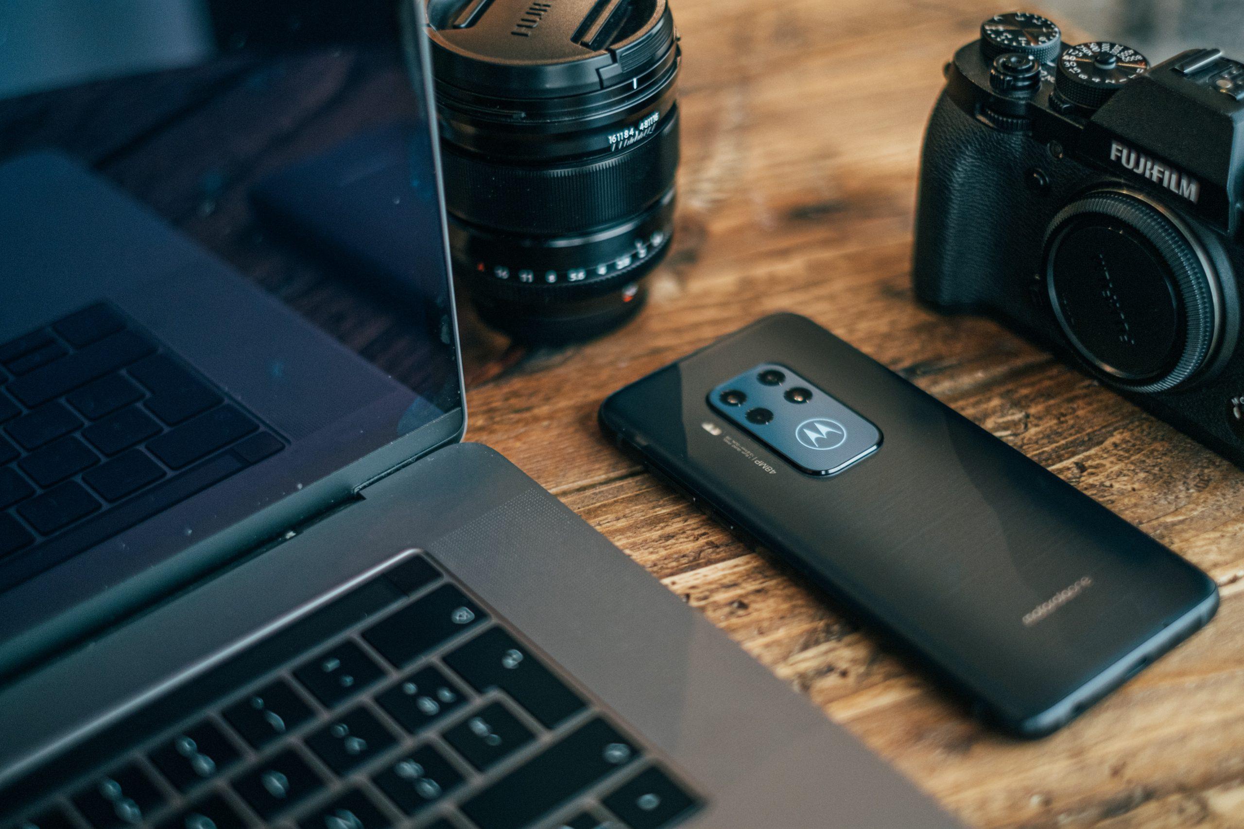 Imagem de um celular Motorola.