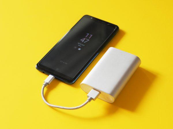 Imagem de Power Bank recarregando um celular