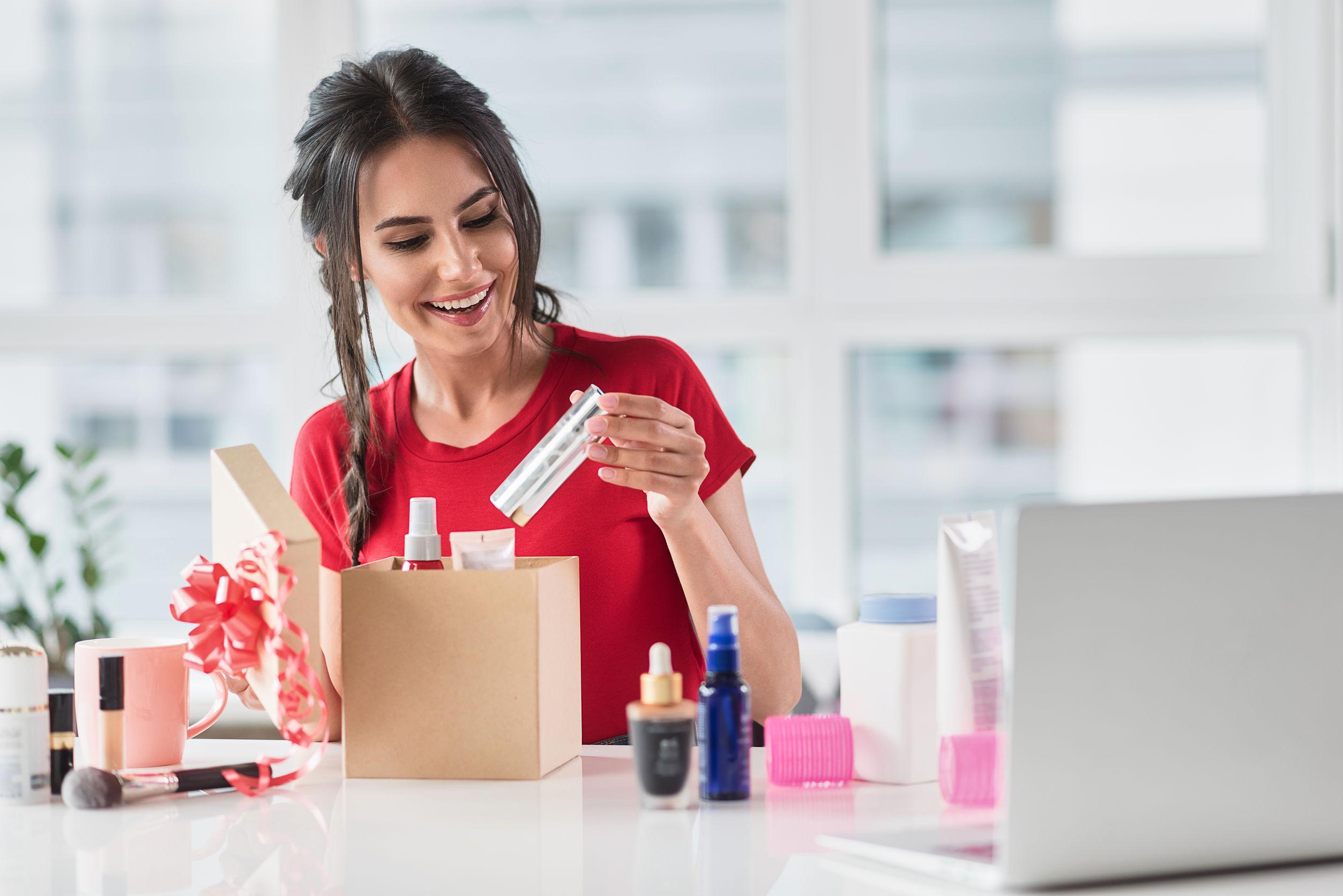 Imagem de mulher com vários produtos