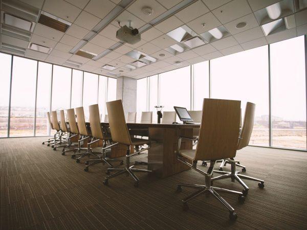 Sala de reunião com mesa e cadeiras