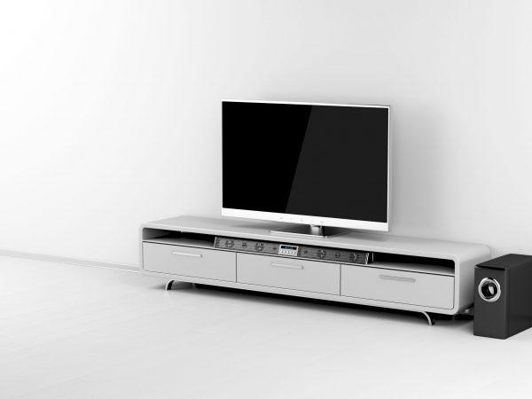 Imagem mostra uma televisão e uma soundbar em um rack.