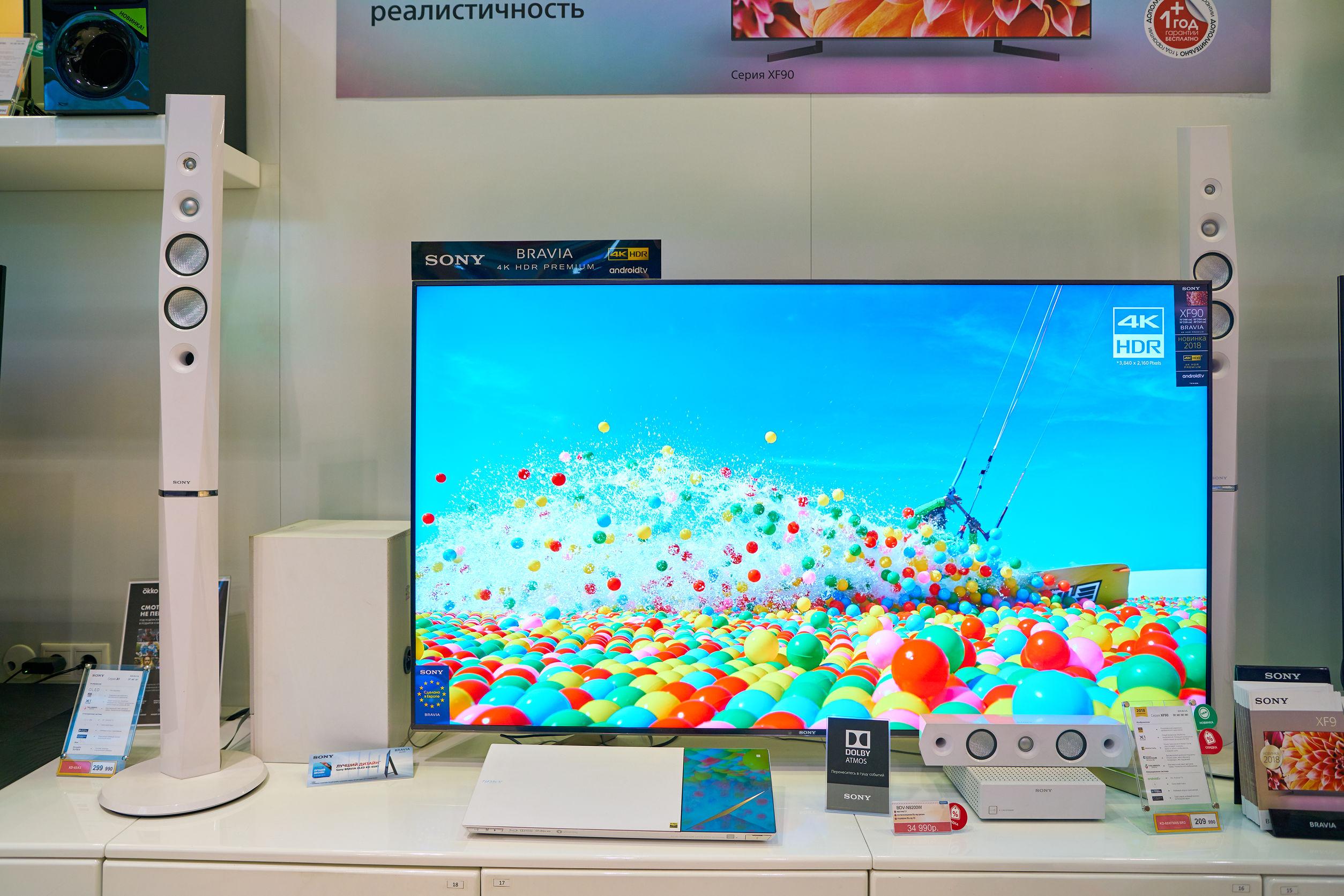 Imagem mostra uma TV 4k Sony sendo vendida em uma loja.