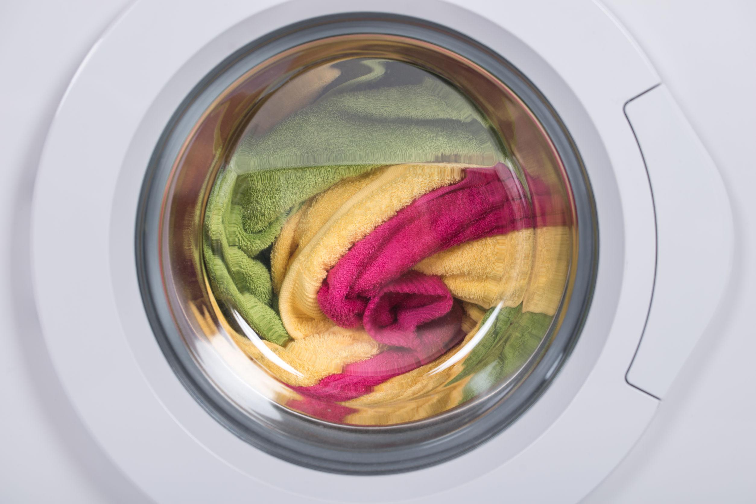 Roupas sendo lavada na máquina.