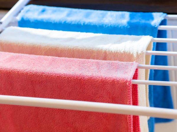 Na foto um varal com algumas toalhas estendidas.