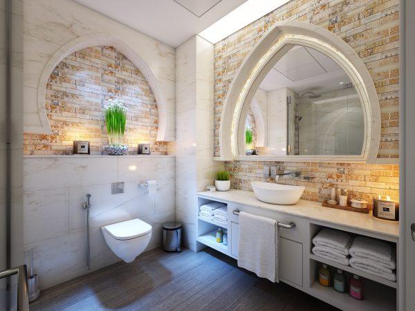 Imagem de banheiro com decoração moderna e lixeira de inox com pedal ao lado do sanitário