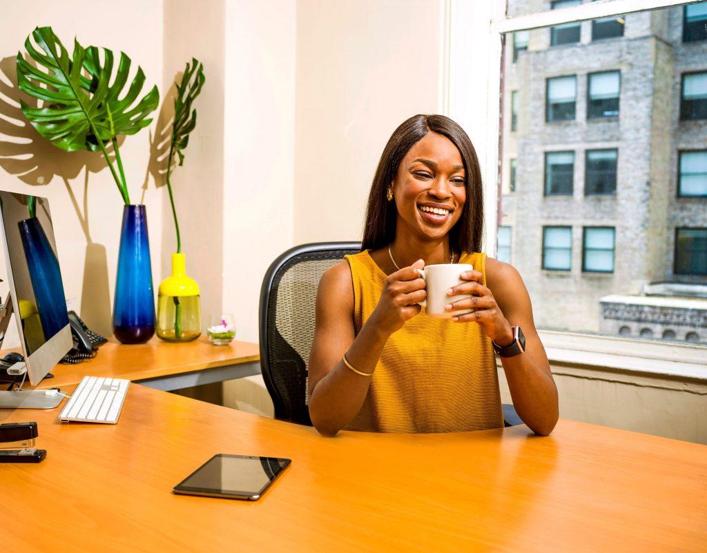 Imagem de uma mulher tomando café.