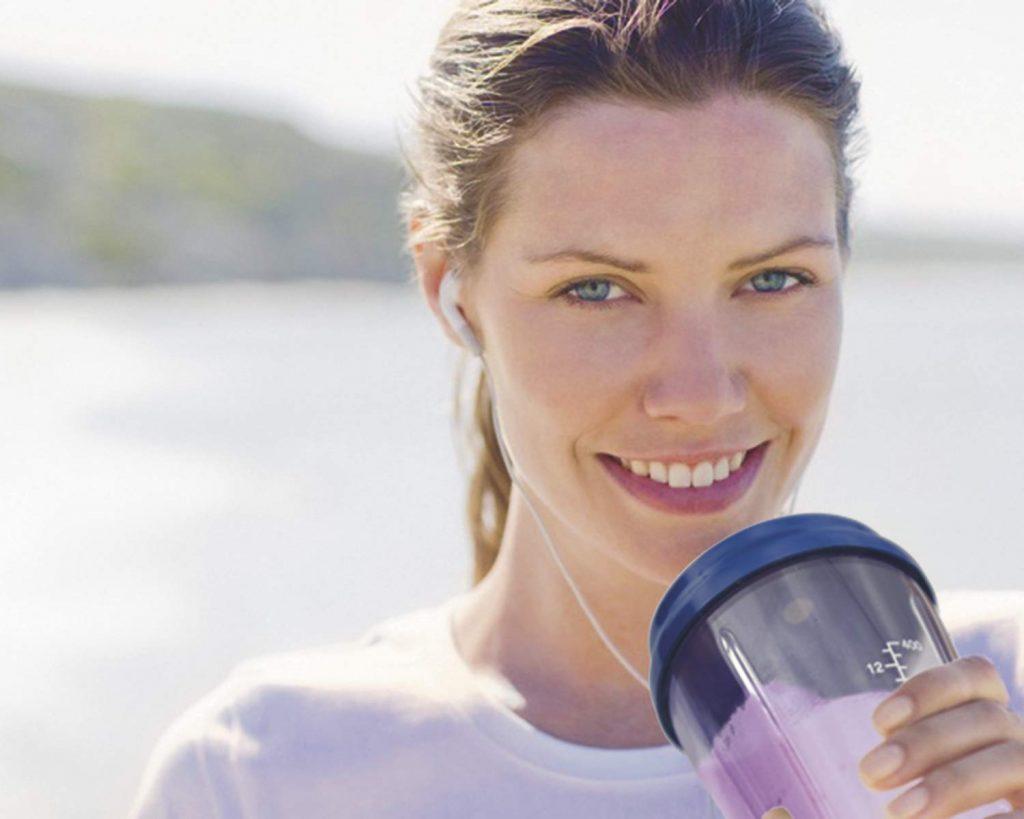 Imagem de uma mulher tomando um shake.