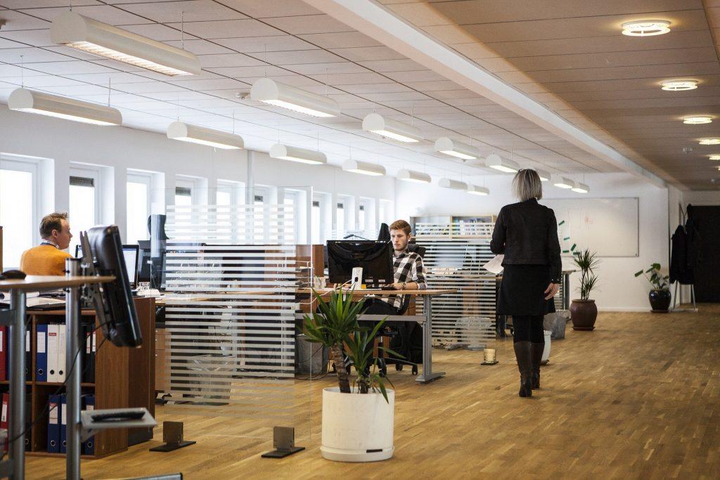 Pessoas em um escritório.