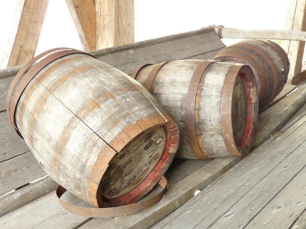 barris de carvalho já em desuso, utilizados para armazenagem de bebida.