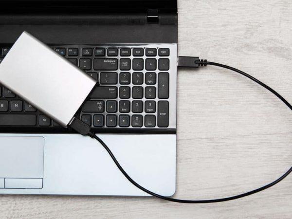 HD externo conectado ao notebook.