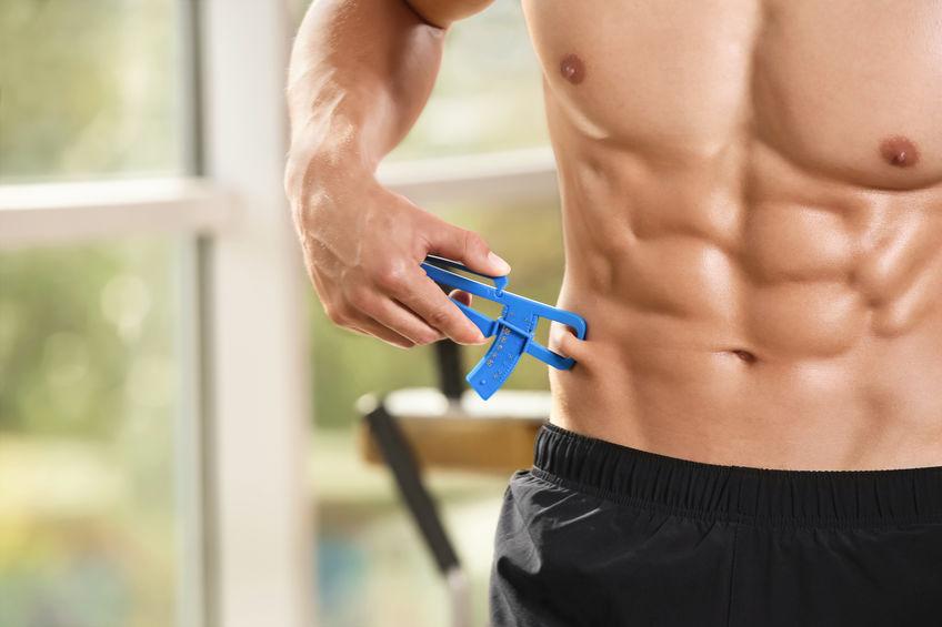 Imagem de um homem utilizando um adipômetro.