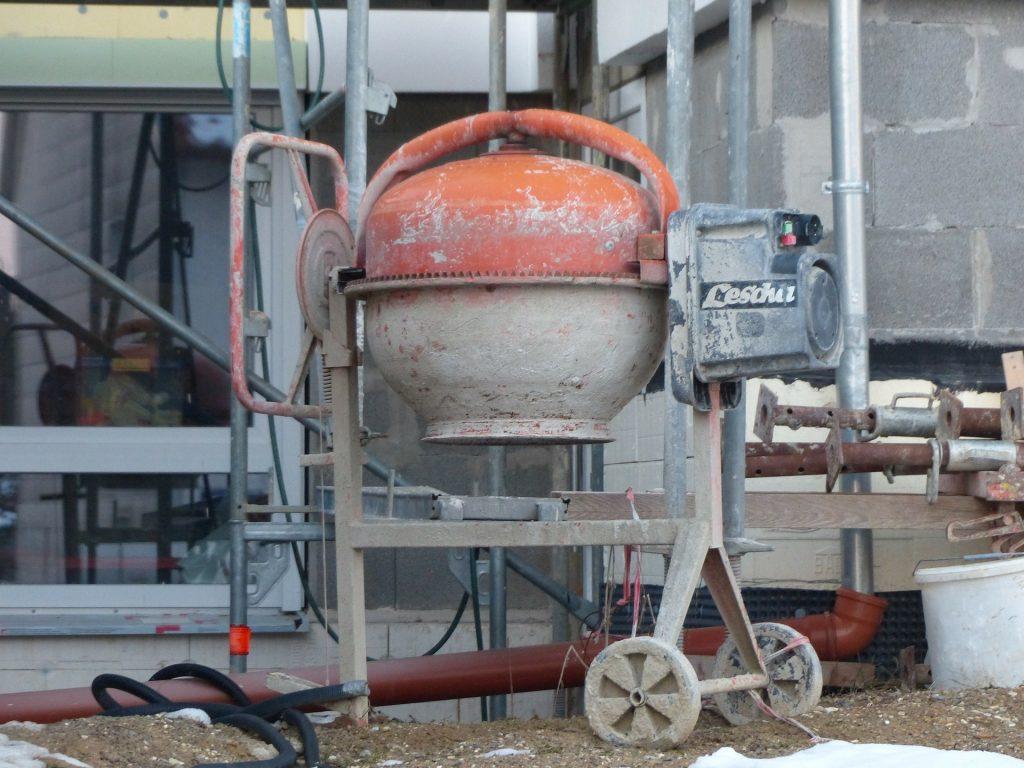 Imagem mostra uma betoneira de grande capacidade em uma obra.