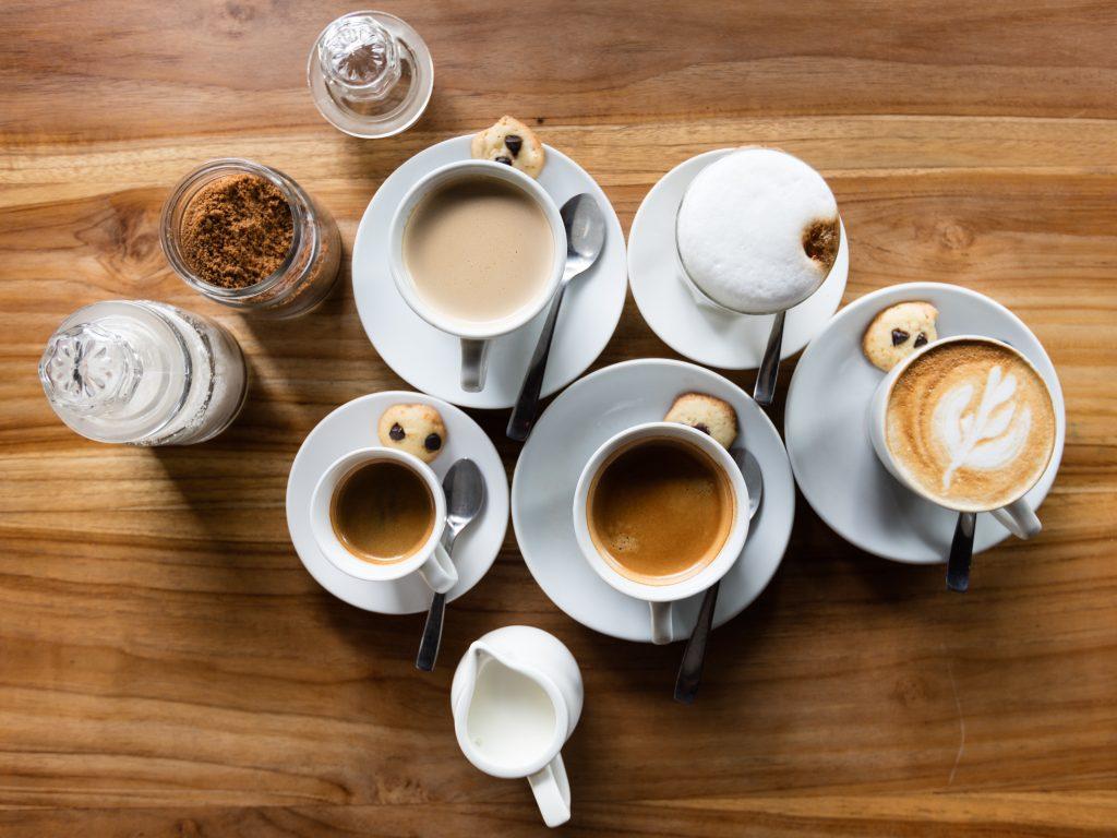 Imagem de diferentes bebidas com base de café.