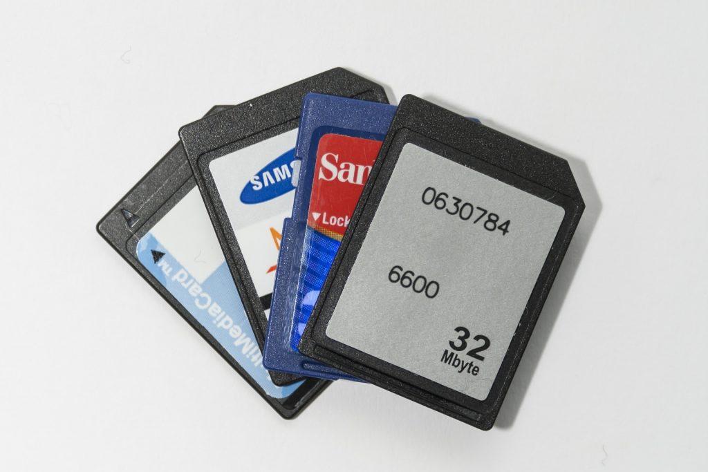 Imagem mostra quatro cartões de memória sobre uma mesa.