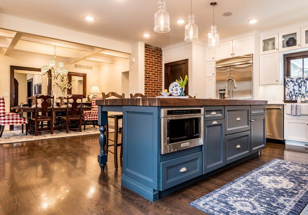 Imagem de cozinha moderna com forno de embutir em inox