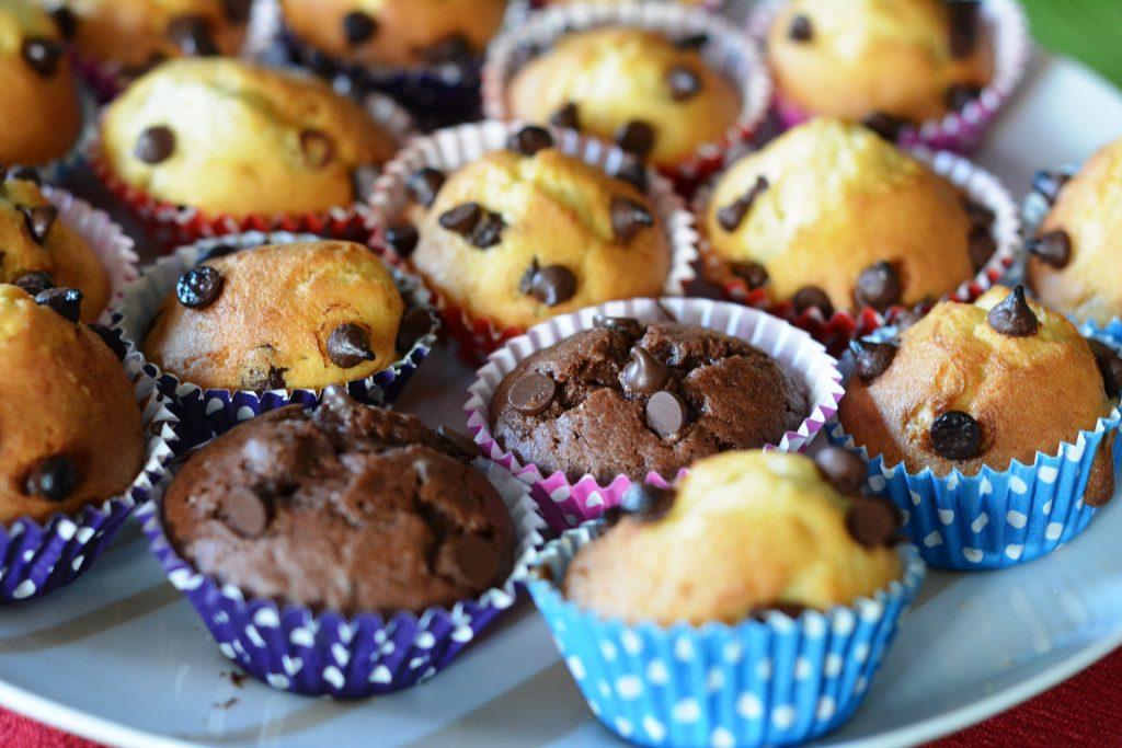 Imagem de um prato com cupcakes.