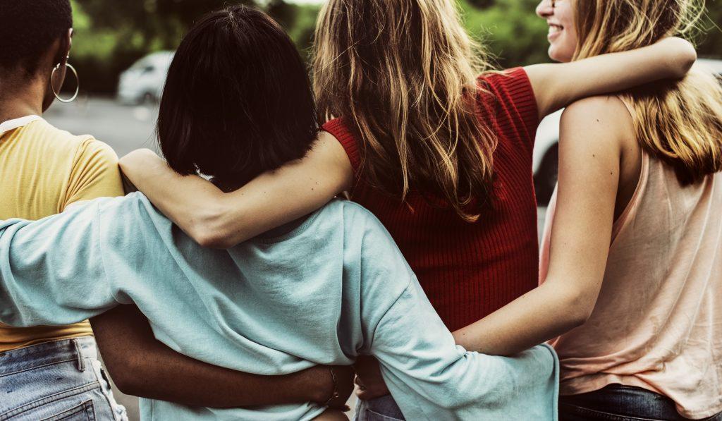 Imagem de quatro mulheres com diferentes cabelos de costas.