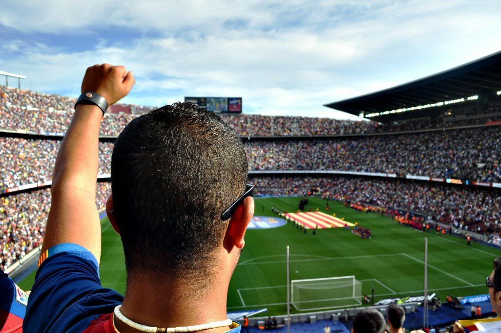 Na foto um homem em um estádio de futebol.