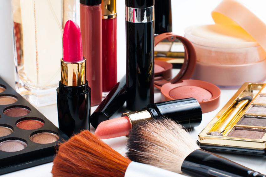 Imagem de várias embalagens de batom abertas, em quatro diferentes cores