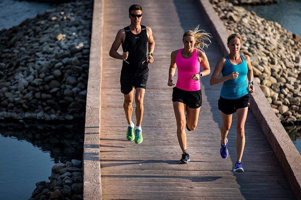 Três corredores usando relógio Garmin.