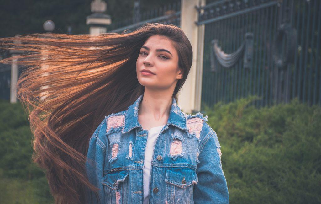 Imagem de uma jovem de cabelo longo.