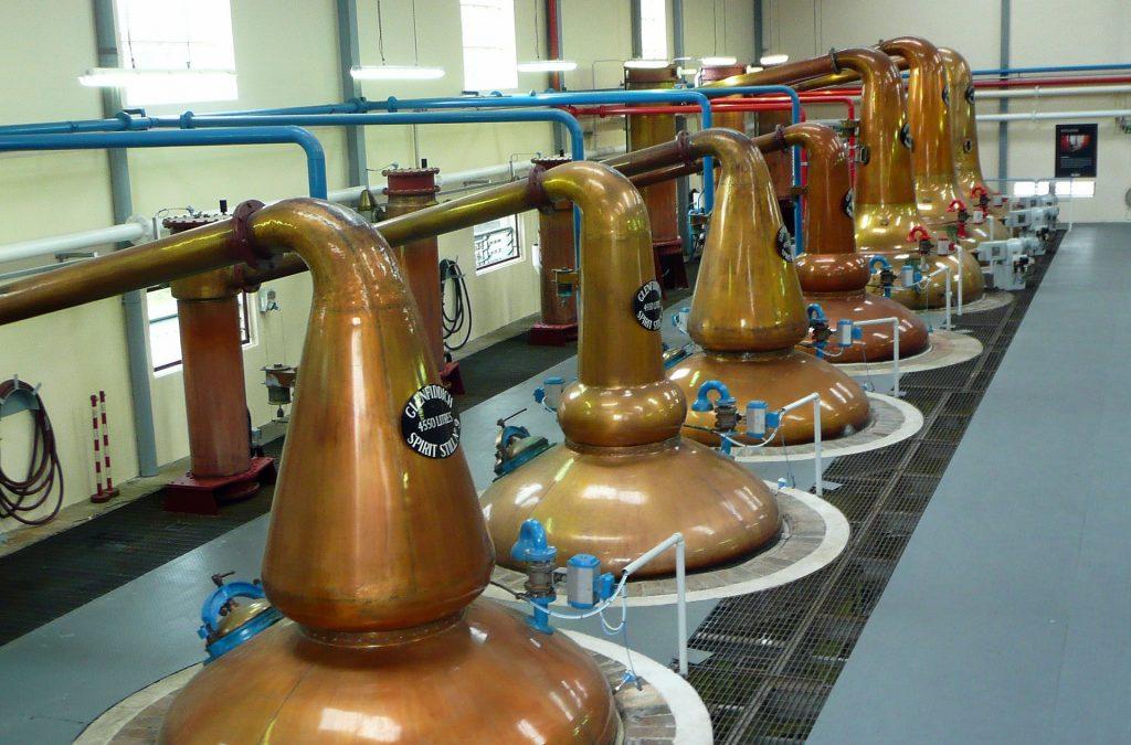 imagem dentro de uma destilaria de uísque.