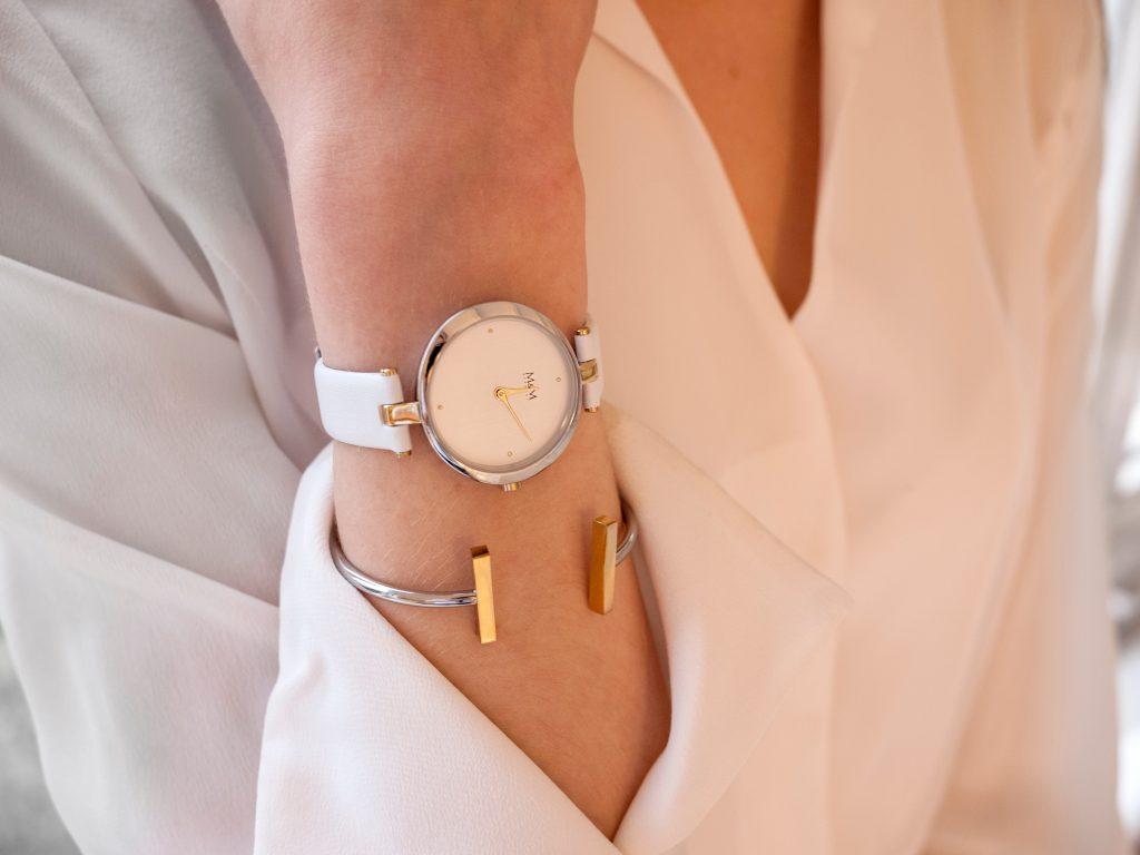 Imagem de uma mulher usando um relógio.