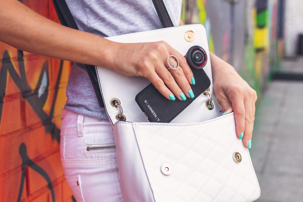 Imagem de uma mulher usando uma bolsa lateral.