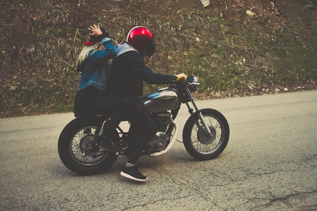 Casal na moto.