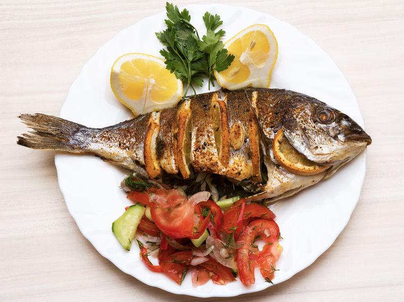 Peixe grelhado em prato decorado.