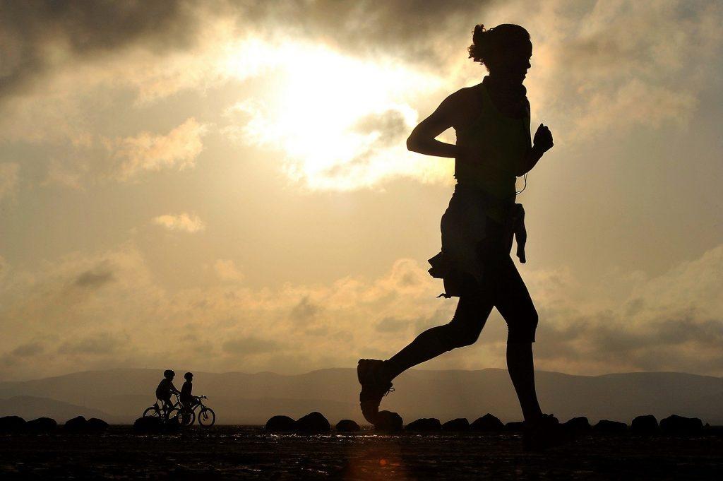 Foto em contraste de mulher correndo.
