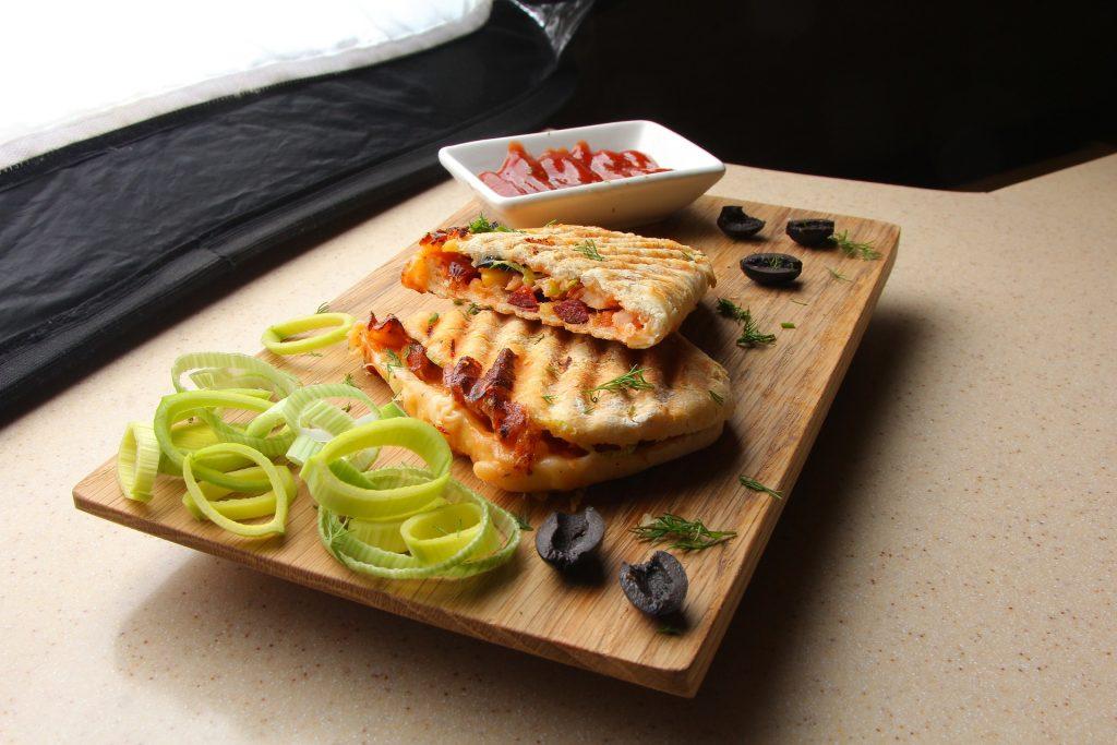 Imagem de sanduíche feito com pão francês em sanduicheira com relevos