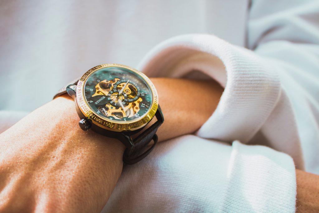 Imagem de um homem com um relógio de pulso.