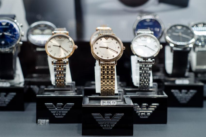 Alguns modelos de relógio Emporio Armani estão em exposição em uma loja.