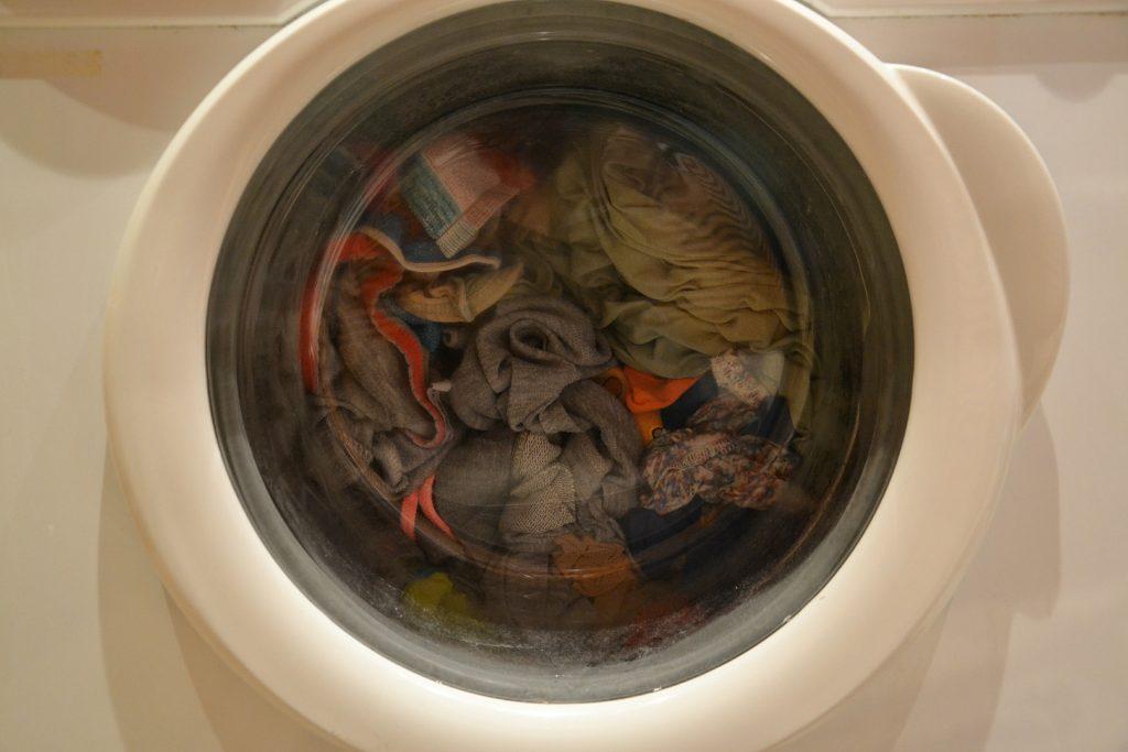Roupa sendo lavada na máquina.
