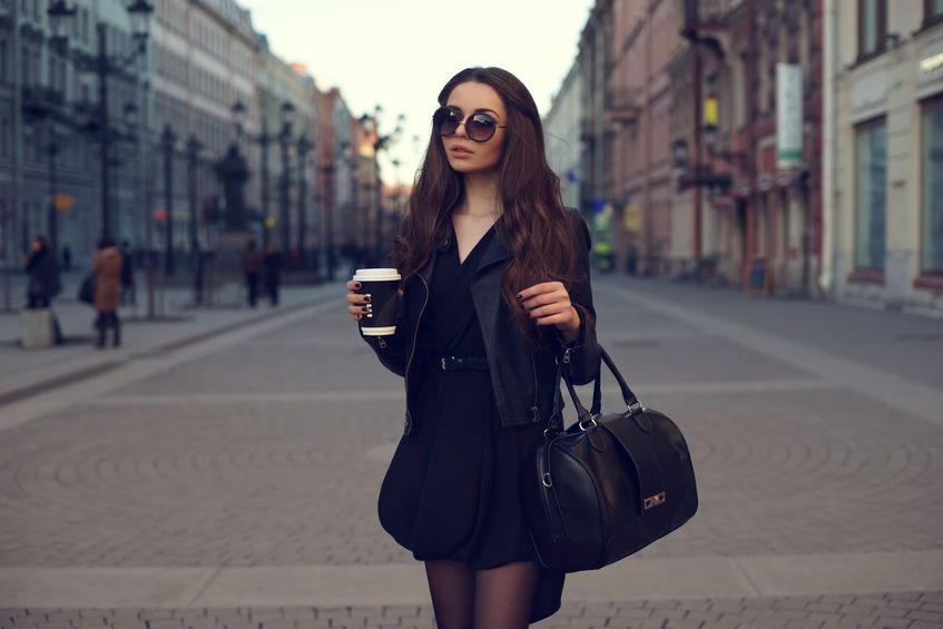 Imagem de uma jovem carregando uma bolsa.