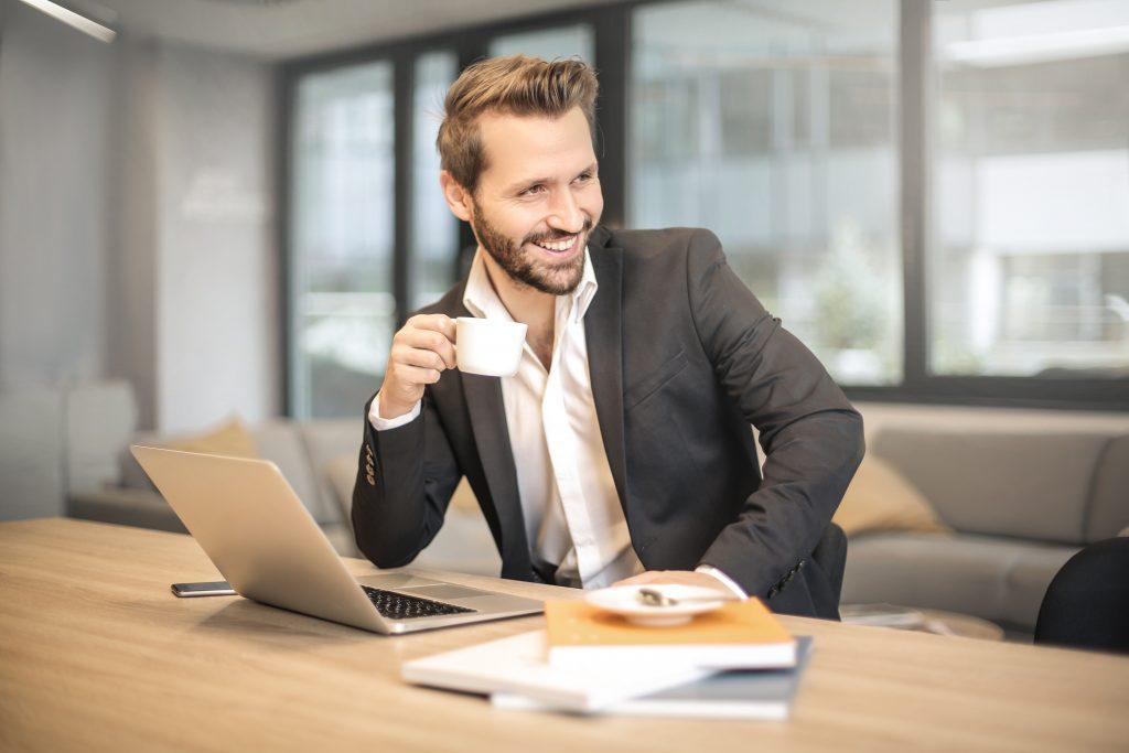 Imagem de um homem tomando um café.