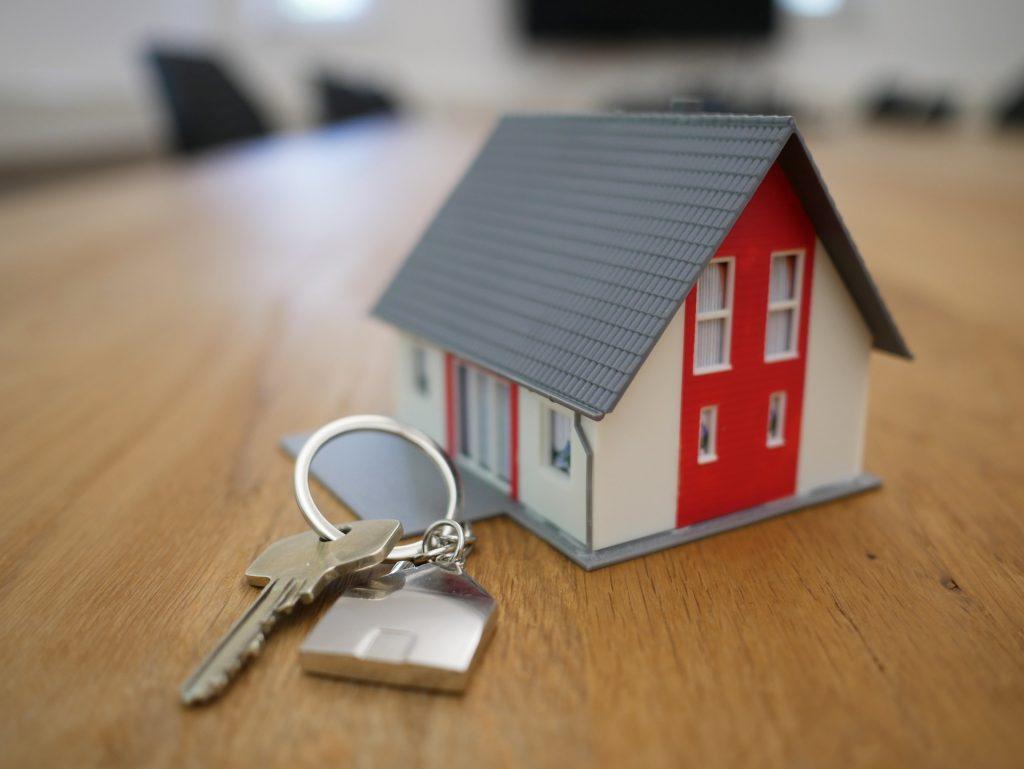 Maquete de casa com molho de chaves ao lado.
