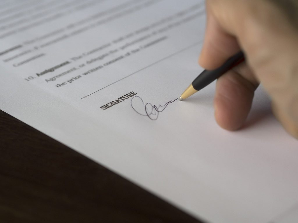 Pessoa assinado um contrato.