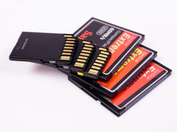 Imagem de cartões de memória empilhados.