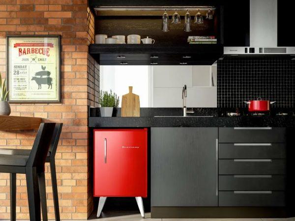 Imagem de um frigobar Brastemp retrô vermelho em cozinha moderna