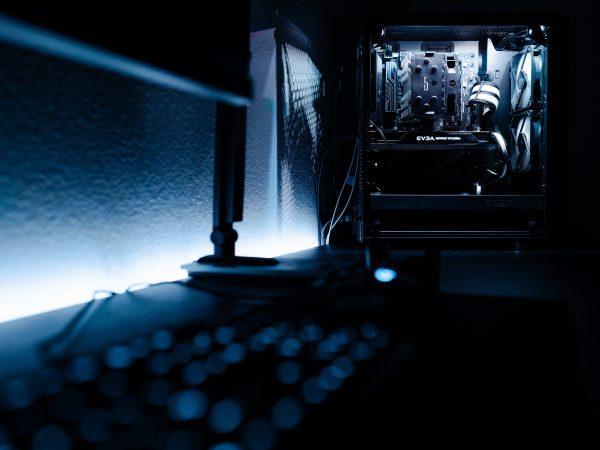 Imagem de gabinete gamer preto com iluminação interna