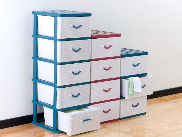 Imagem de vários gaveteiros coloridos empilhados