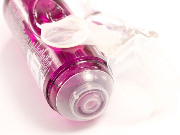Imagem de gel lubrificante de cor roxa sob superfície branca.