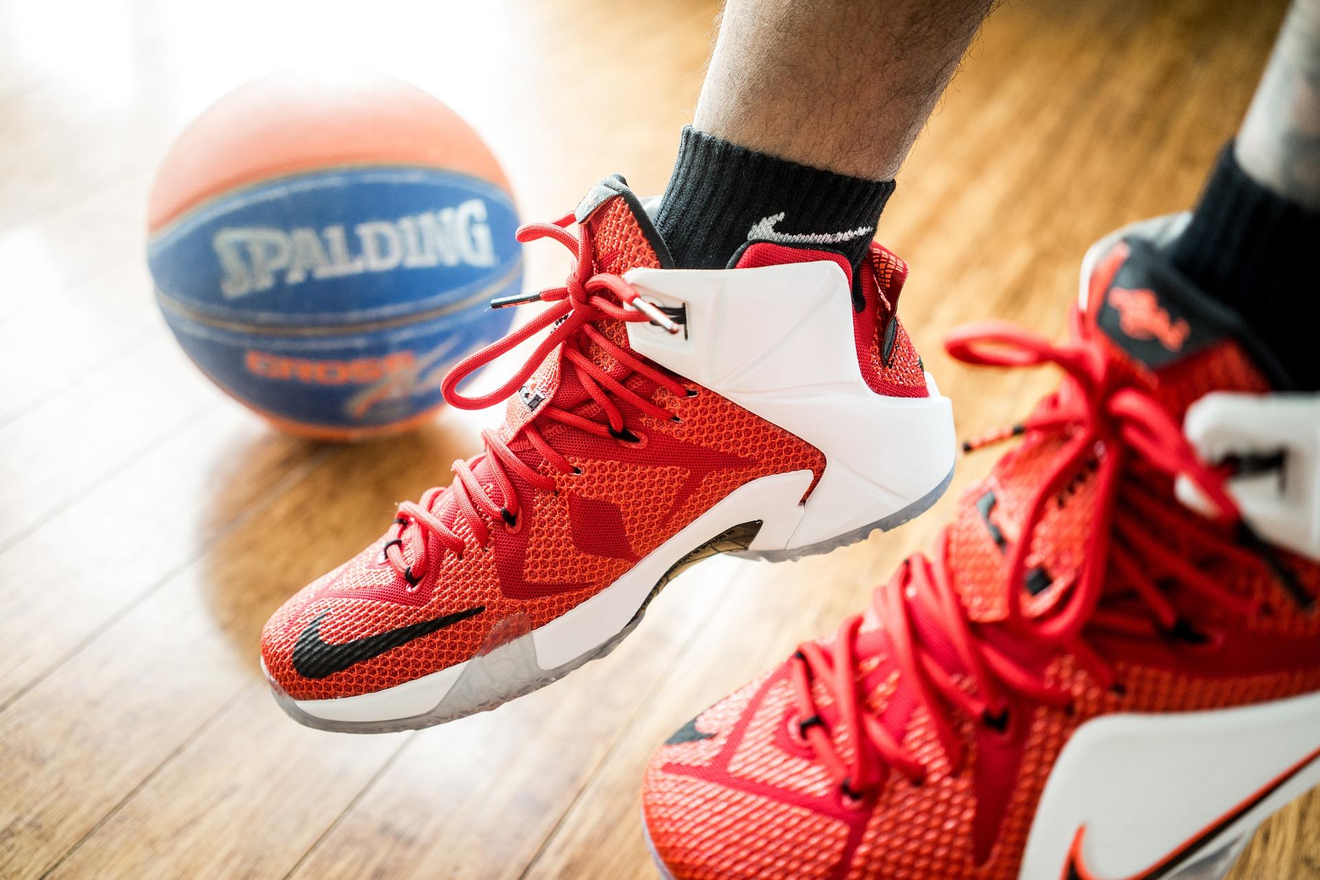 Tênis de basquete com bola.