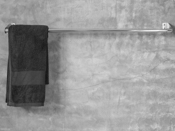 Toalheiro de metal com toalha branca