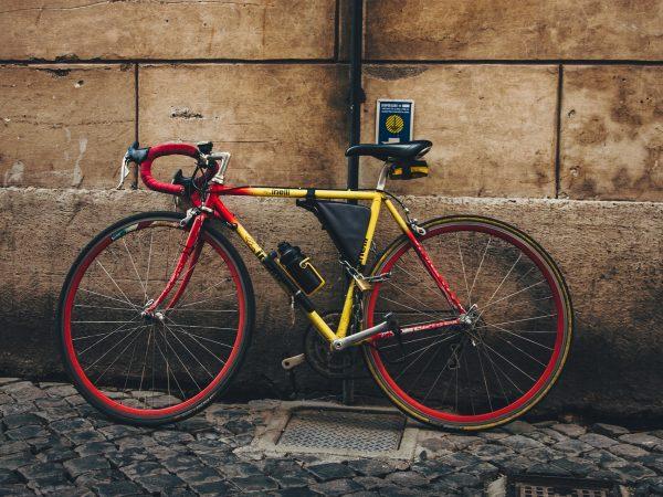 Imagem de bicicleta equipada com bolsa apoiada em parede