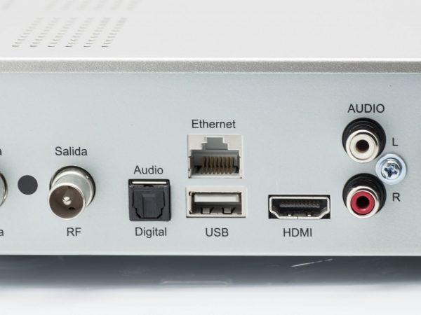 Imagem mostra um decodificador sob um controle remoto.