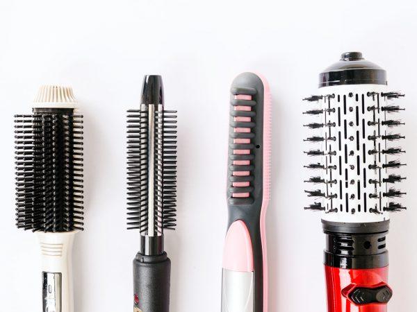 Na foto uma escova de cabelo, um babyliss, uma chapinha e uma escova rotativa.
